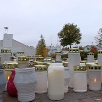 Kynttilöitä Kauhajoen ammattikorkeakoulun ulkopuolella syyskuussa 2008.