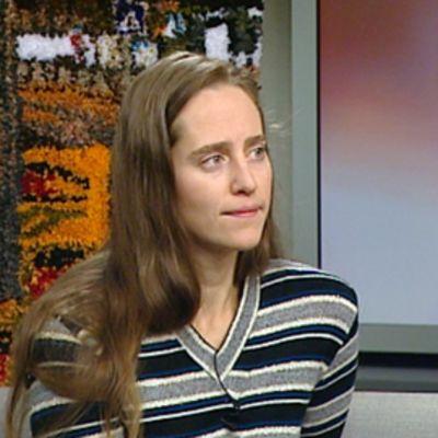 Ryijytaiteilija Sonja Salomäki Aamu-tv:n studiossa.