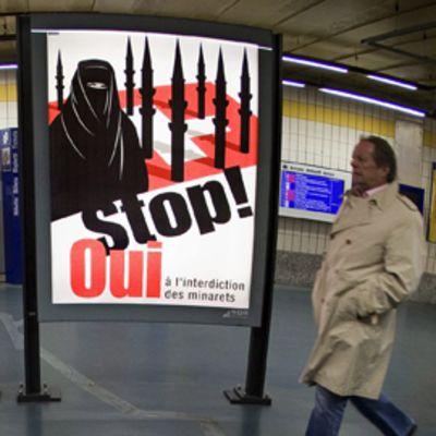 Minareetteja vastustavia julisteita Genevessä, Sveitsissä