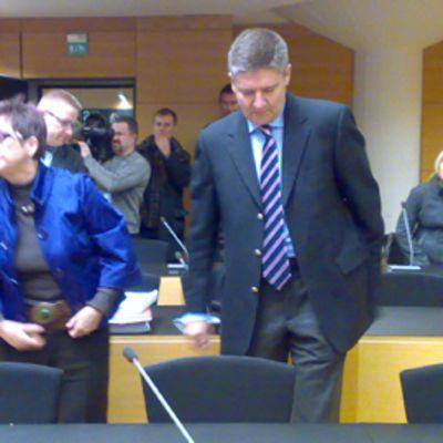 Kuvassa keskusrikospoliisin linjapäällikkö Tero Haapala, jota syytetään virkarikoksista huumepoliisien oikeudenkäynnissä. Haapalan vieressä hänen asianajajansa Eija Metsälä-Halonen.