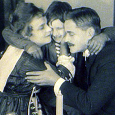Kohtaus elokuvasta ollin oppivuodet. Ollin isä ja äiti halaavat häntä.