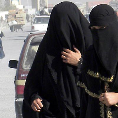 Burkhiin verhoutuneita pakistanilaisnaisia Chamanissa Pakistanissa