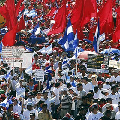 Hallitusta vastustavat mielenosoittajat Nicaraguan pääkaupungissa Managuassa. Kuljettavat punaisia lippuja ja kylttejä.