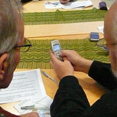Ikäihmiset opettelevat tekstiviestin lähettämistä