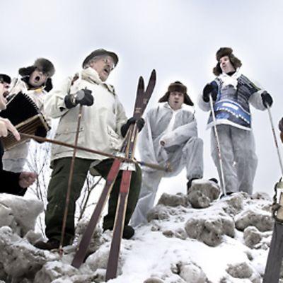 Lauluyhtye Tiernapojat värittää Talviharmonikkaa.