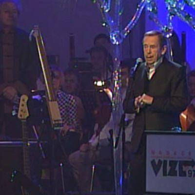 Samettivallankumouksen 20-vuotisjuhlassa läsnä on myös Tshekkoslovakian entinen presidentti 73-vuotias Vaclav Havel.