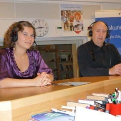 Pori Sinfoniettan vs.intendentti/kontrabasisti Eila Saikkonen ja huilisti Jukka-Pekka Lehto YLE Satakunnan studiossa.