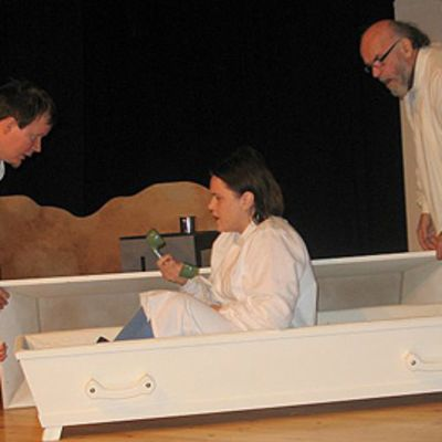 Kirjailijatar-näytelmä, kuvaa käyttää näytelmää koskevissa jutuissa.