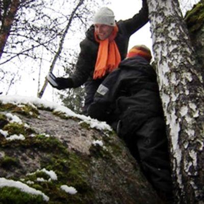 Mika ja Ilari Asikainen löytävät geokätkön kallion kolosta.