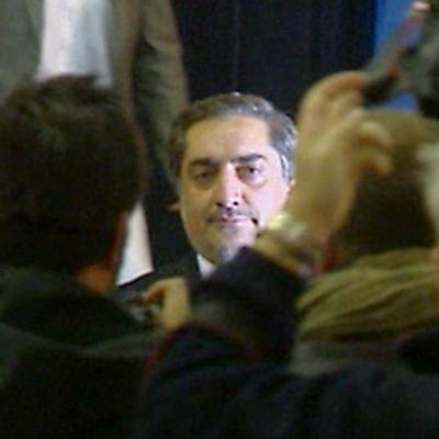 Abdullah Abdullah kuvaajien ympäröimänä