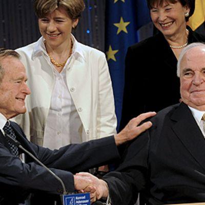 Yhdysvaltain entinen presidentti George Bush ja Saksan entinen liittokansleri Helmut Kohl istuvat ja kättelevät toisiaan Saksojen yhdistymisen vuosijuhlassa 31.10.2009.