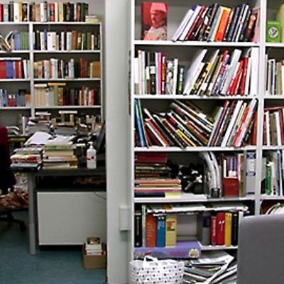 WSOY:n toimitilaa, paljon kirjoja hyllyissä