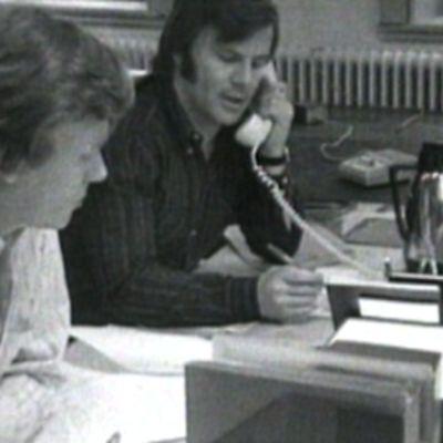 Jan Guillou puhuu puhelimeen.