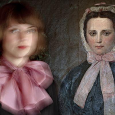 Valokuvateoksessa näkyy vasemmalla epäterävä nuori nainen, jonka taustalla oikealla on öljyvärimaalaus naisesta, jolla on hieman samantyyppiset kasvot ja samanlainen vaaleanpunainen rusetti kaulassa.