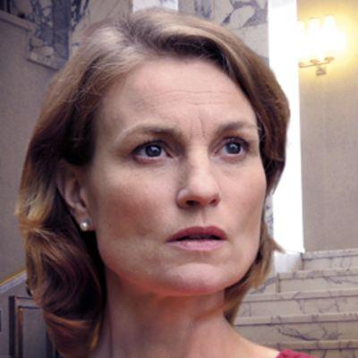 Jonna Järnefelt esittää Anneli Jäätteenmäkeä