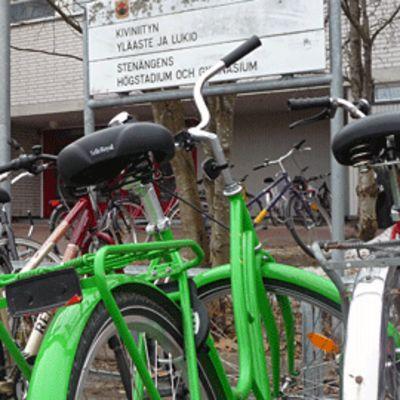 Kuvassa polkupyöriä ja Kiviniityn koulun kyltti