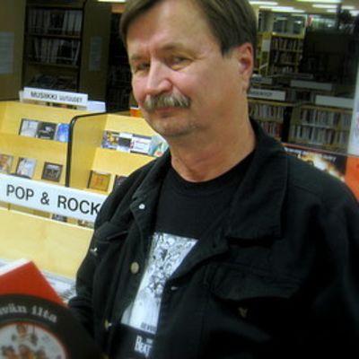 Jake Nyman uuden kirjansa kanssa kirjastossa