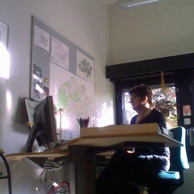 Kaarina Kunnari työhuoneessaan.