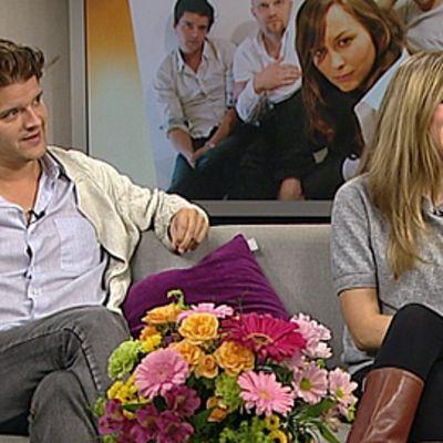 Scandinavian Music Group -yhtyeen jäsenet Joel Melasniemi ja Terhi Kokkonen Aamu-TV:n studiossa.