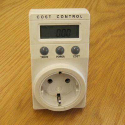 Kuvassa mittari, jolla voi mitata kulutusta laitekohtaisesti.