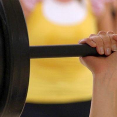 Kuntosaliharjoittelua painoilla