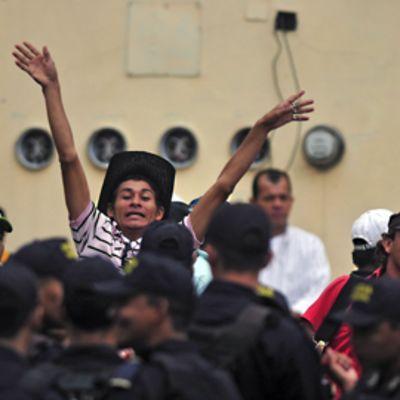 Keskellä kuvaa oleva Zelayan kannattaja nostaa kätensä ilmaan.