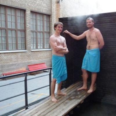 Sauna Savun suunnittelijat Otso Virtanen ja Putte Huima saunaan menossa.