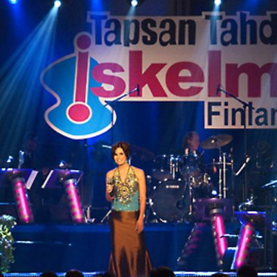 Anne Mattila esiintyy vuonna 2008 Tapsan Tahdit-tapahtumassa, jossa Iskelmä-Finlandia palkinnot jaetaan.