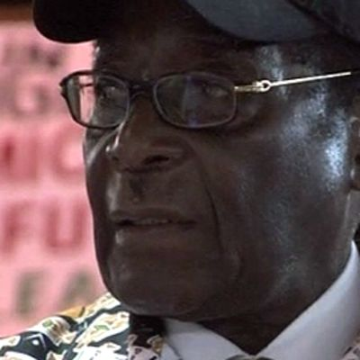 Zimbabwen presidentti Rober Mugabe lippalakki päässään.