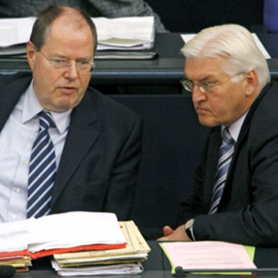 Saksan valtiovarainministeri Peer Steinbrück vasemmalla ja ulkoministeri Frank-Walter Steinmeier neuvottelevat.