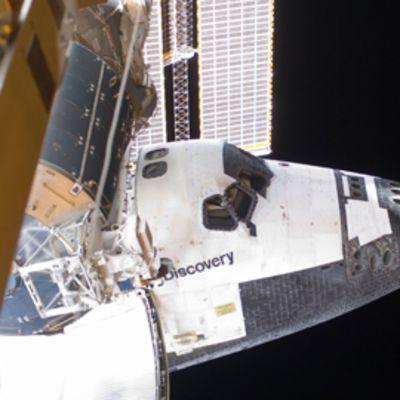 Discovery alus telakoituneena Kansainväliseen avaruusasemaan.