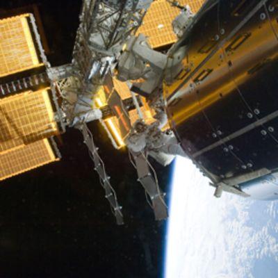 Tämänkertaisen lennon ensimmäisellä avaruuskävelyn suorittivat astronautit Danny Olivas ja Nicole Stott.