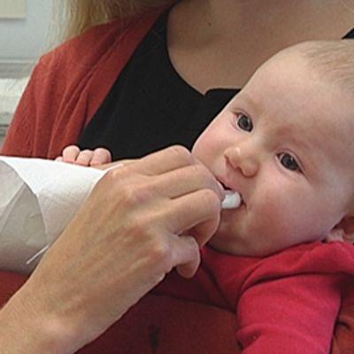 Vauva saa suun kautta rotavirusrokotteen.