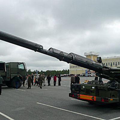 Armeija esittelee kalustoaan Töysän Tuurissa.