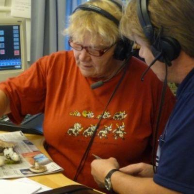 Paula Kangas tutkii sieniä Satakunnan Radion studiossa toimittaja Tapio Termosen kanssa.