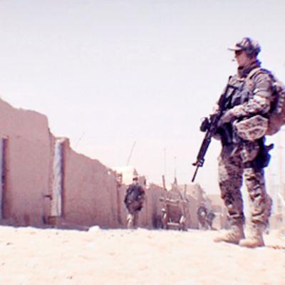 Suomalainen rauhanturvaaja tarkastuskierroksellaan Afganistanissa.