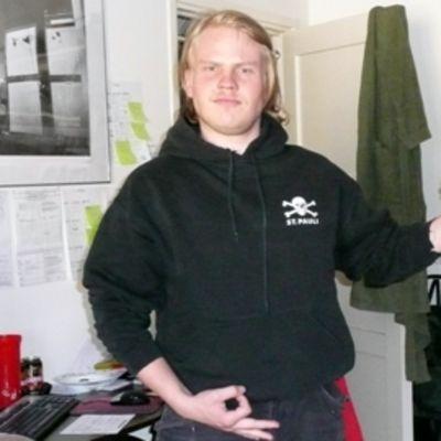 Ilmakitaristi Arttu Kurttila poseeraa soittopelin kanssa
