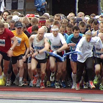 Juoksijat lähdössä matkaan