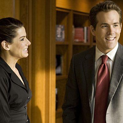 Näyttelijät Sandra Bullock ja Ryan Reynolds elokuvassa Proposal.