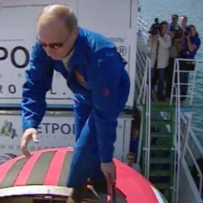 Venäjän pääministeri Putin kiipeämässä piensukellusveneeseen