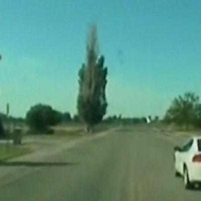 Auto ajaa tiellä