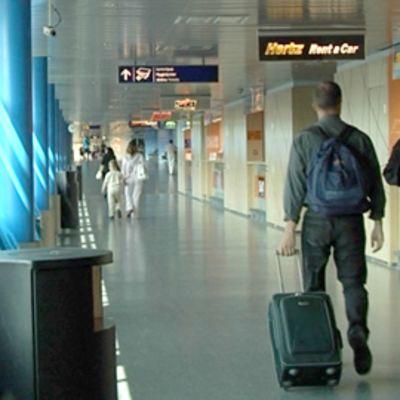 Matkustajat kävelevät autovuokraamon ohi Helsinki-Vantaan lentokentällä.