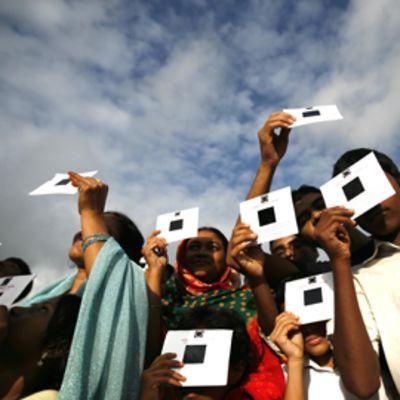 Koululaiset seurasivat auringonpimennystä Dhakassa Bangladeshissa.