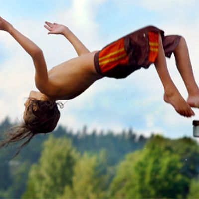 Lapsi hyppäämässä uimatelineeltä
