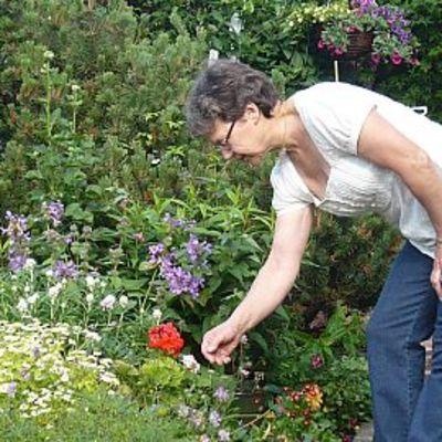 Raisa Laakso puutarhassaan