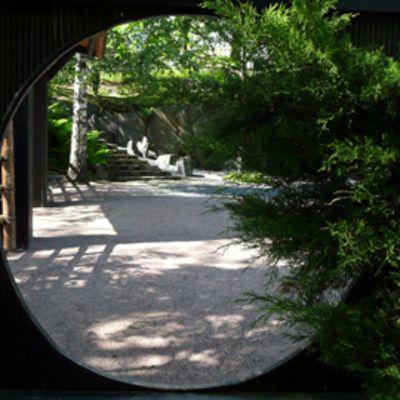 Portti Roihuvuoren japanilaisessa puutarhassa