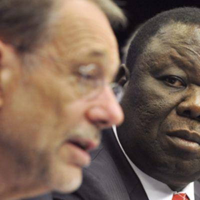 Zimbabwen presidentti Morgan Tsvangirai (oikealla) tapasi Javier Solanan Euroopan matkallaan Brysselissä 18.6.2009.