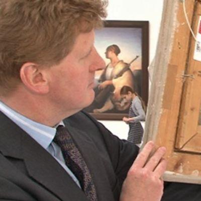 Biddell näyttää Schjerfbeckin Ruusuja-maalauksen kääntöpuolta.