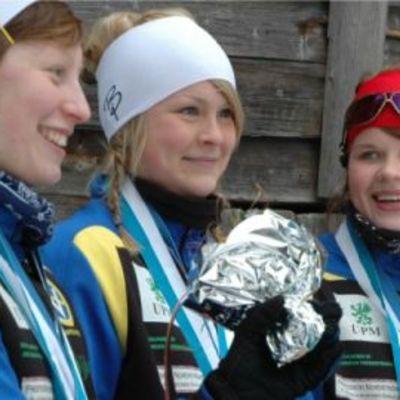Hopeatrio vasemmalta oikealle: Riina Rytkönen, Satu-Lotta Kainulainen ja Anniina Perä.