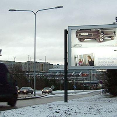 Katujen ja teiden mainonta kärsii, kun mainosbudjetit laihtuvat.